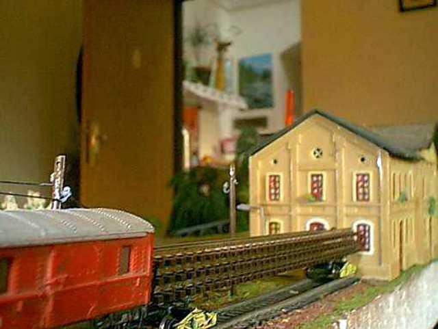 Stavební vlak odstavený u budovy